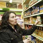comprando en un supermercado
